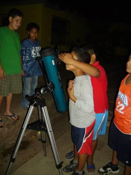 Jovenes mentes observando por primera vez a Satuno!