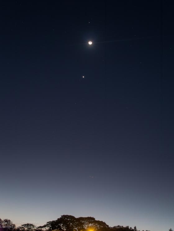 Marte sobre la Luna, y Venus por debajo; tal como se observaban el 2 de Enero del 2017, viendo hacia el Oeste.